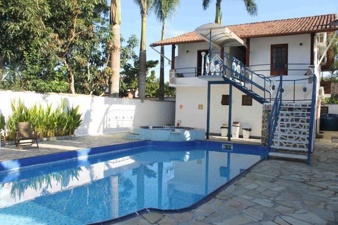 piscina da pousada do work exchange em paraty
