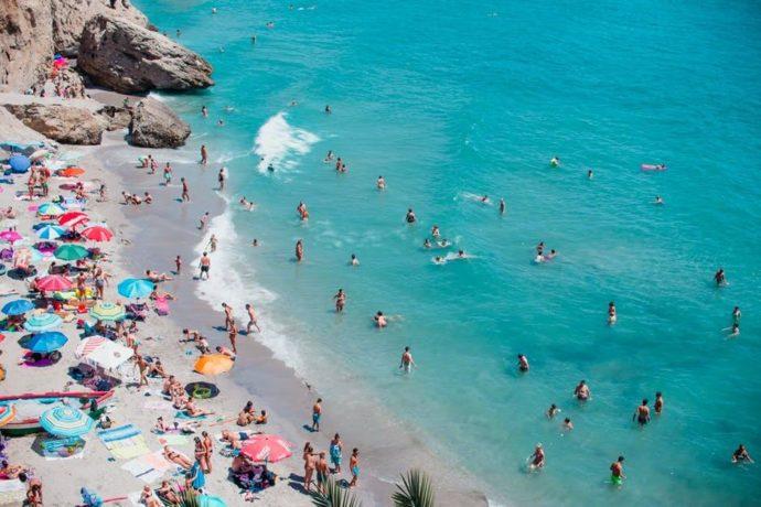praia cheia de pessoas