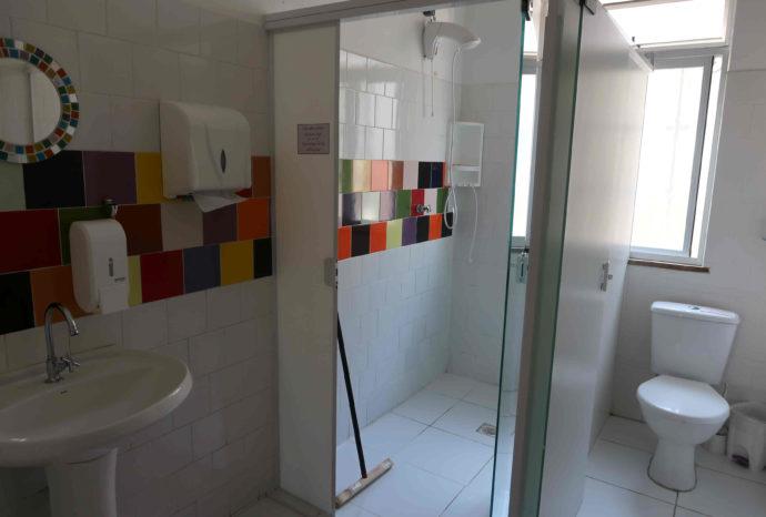 banheiro do hostel motter home