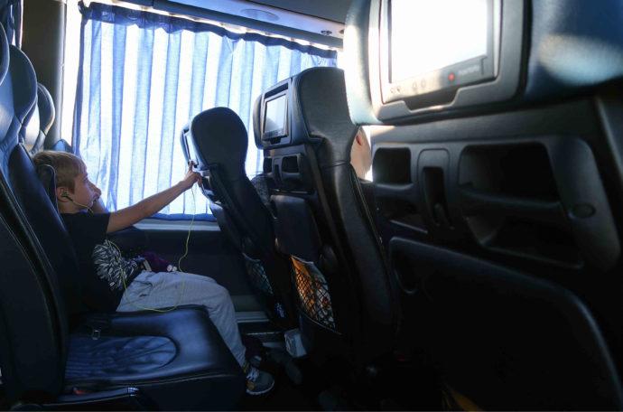 menino em ônibus