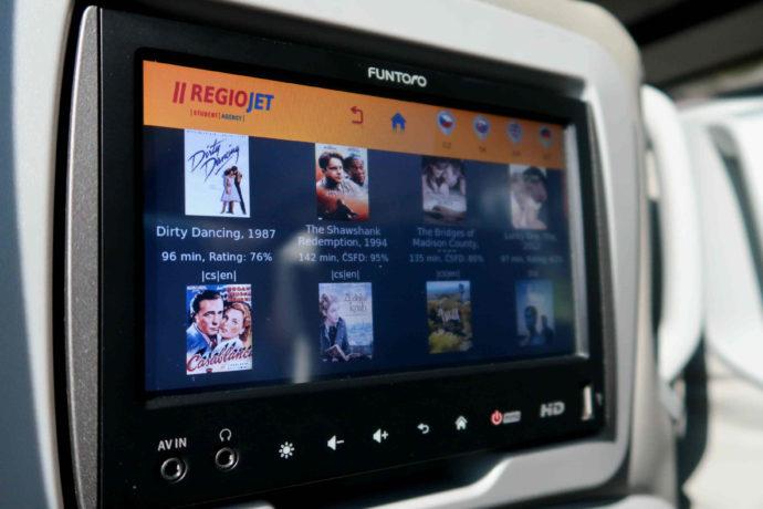 tela touch screen em viagem de ônibus pela europa