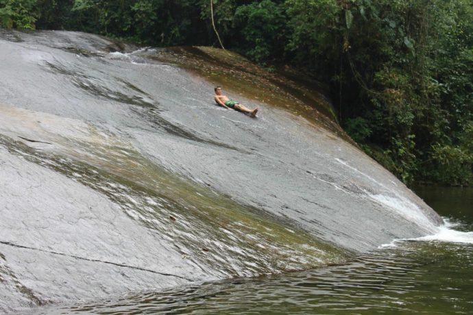 menino escorregando na Cachoeira do Tobogã