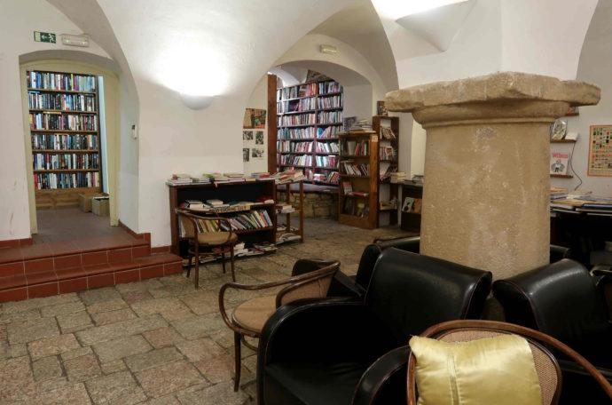 interior da livraria shakespeare and sons