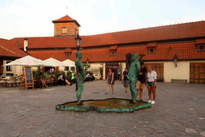 estátua de homens fazendo xixi