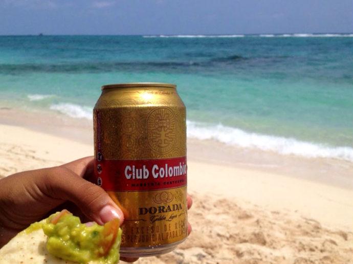 cerveja e nachos com guacamole em san andrés