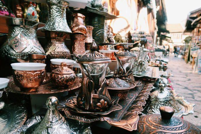 objetos de cobre no centro histórico de sarajevo