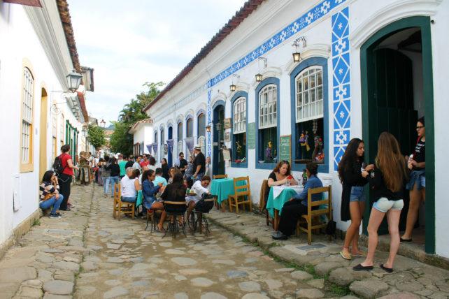 rua de paraty com restaurantes