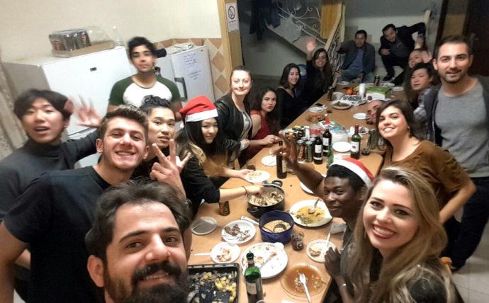 grupo de jovens comemorando o natal