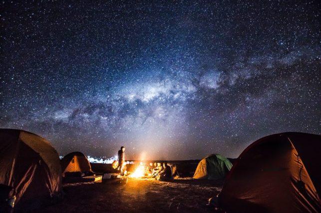 céu estrelado e barracas de camping