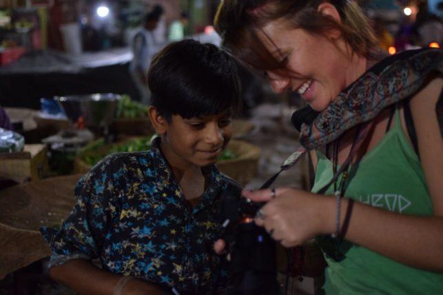 patrícia mostra foto para menino na Índia