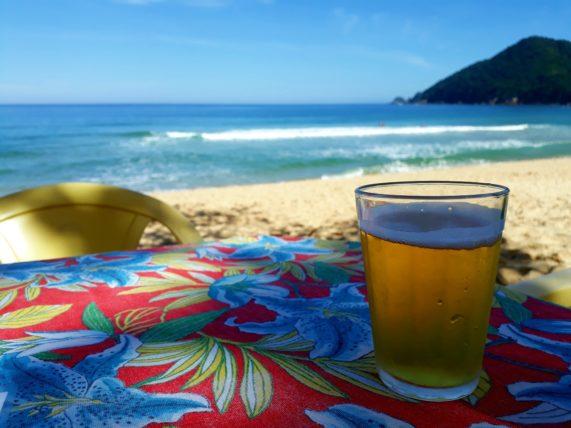 cerveja na praia do sono