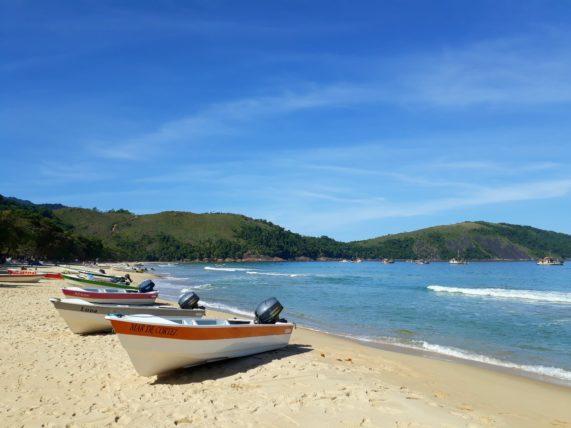barcos na praia do sono
