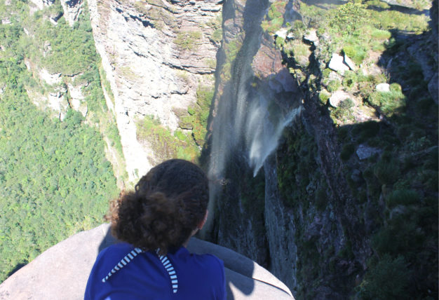 vista do topo da trilha para a cachoeira da fumaça