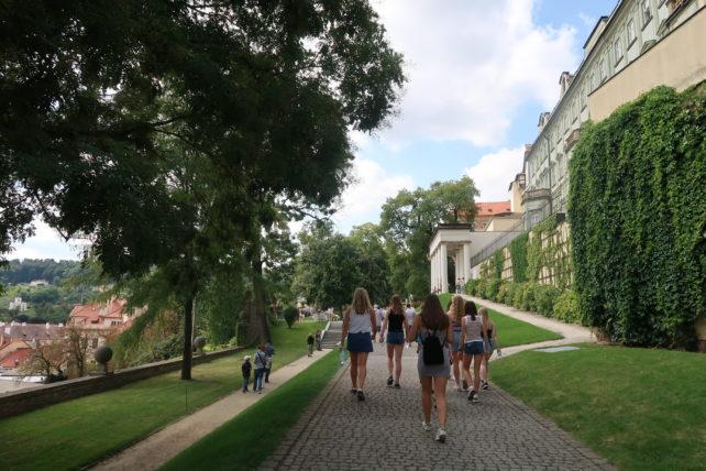 turistas caminhando pelo castelo de praga