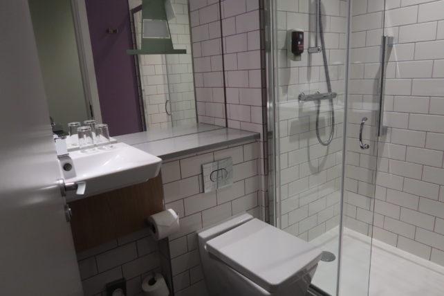 banheiro do hotel ibis styles george square