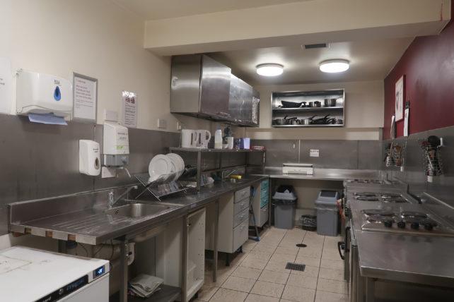 cozinha do safestay hostel em edimburgo