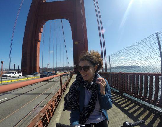 atravessando a golden gate de bicicleta