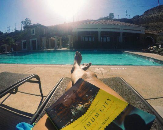 lendo à beira da piscina