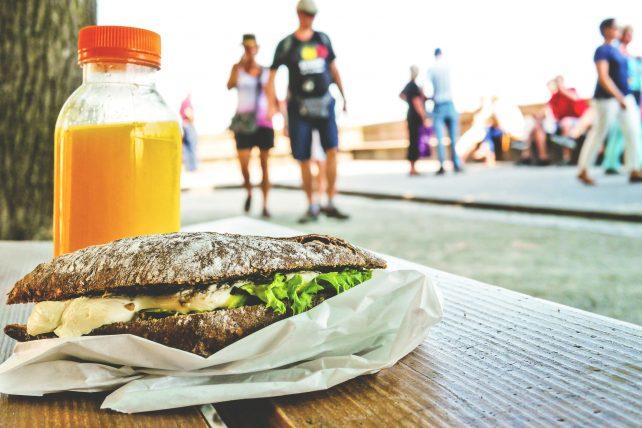como manter uma alimentação saudável em viagens