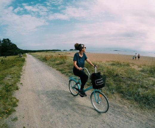 andando de bicicleta em hanko, na finlândia