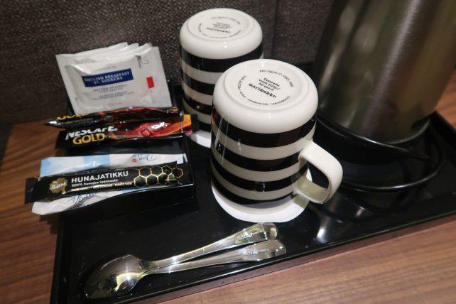xícaras marimekko no hotel no aeroporto de helsinque