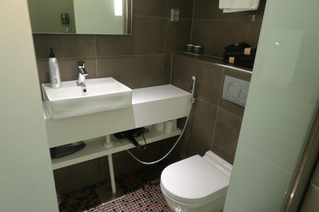 banheiro do hotel no aeroporto de helsinque