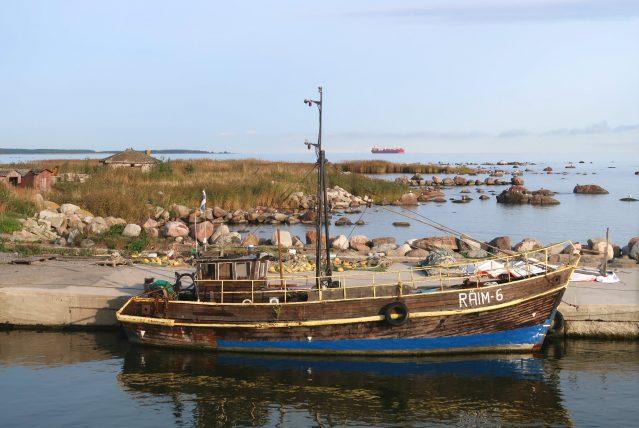 barco no porto de tallinn