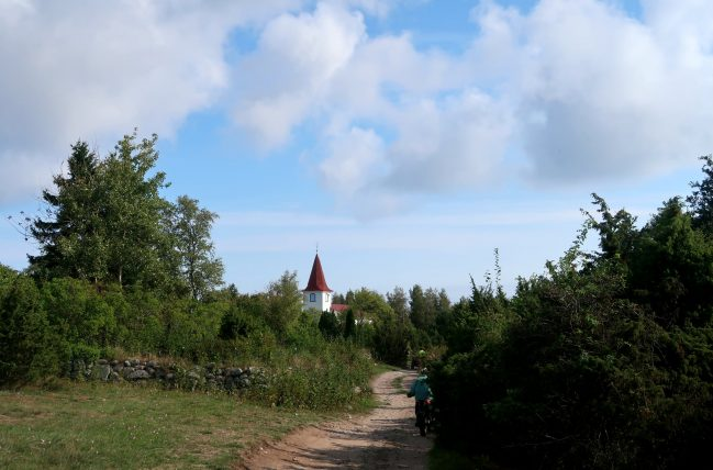 igreja e estradinha em prangli island