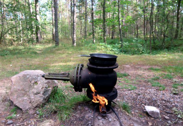 fonte de gás natural com fogo aceso