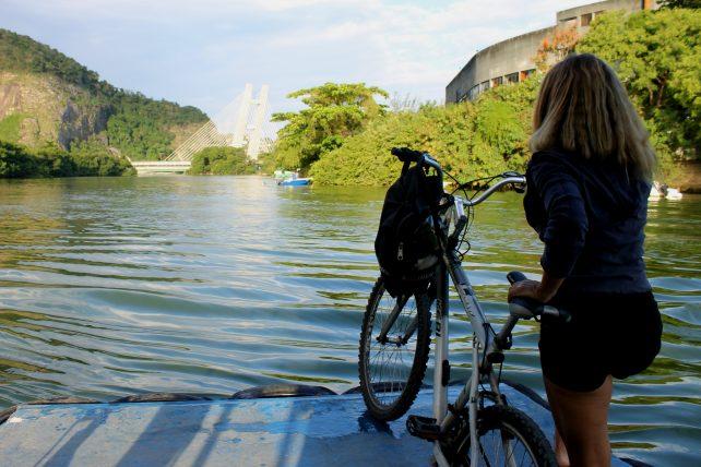 menina com bicicleta esperando barco