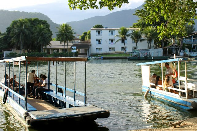 barcos que levam até a ilha da gigoia