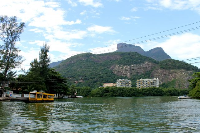 água, prédios e morros ao redor da ilha da gigoia