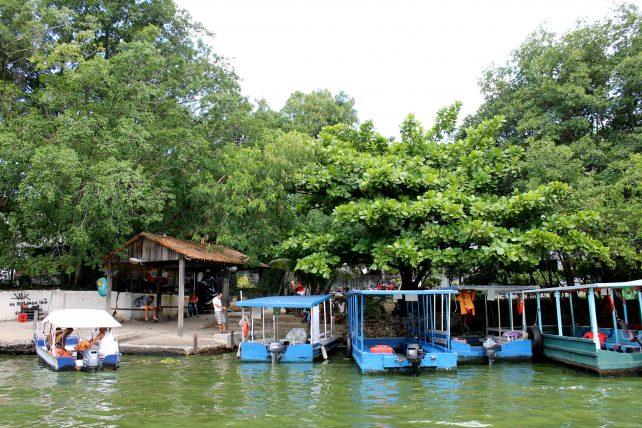 barcos que levam visitantes à ilha da gigoia