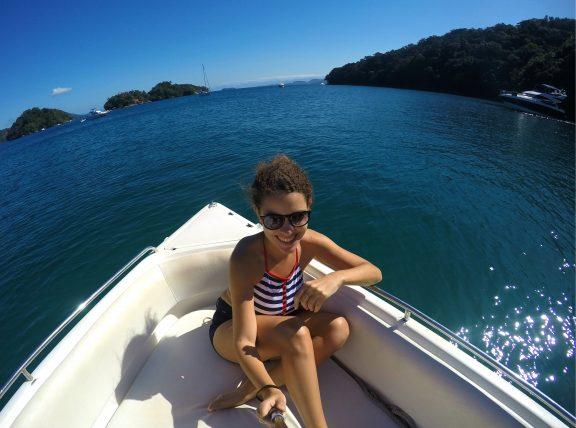 passeio de barco viajando só em ilha grande