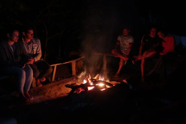 fogueira na casa de nativo no pati