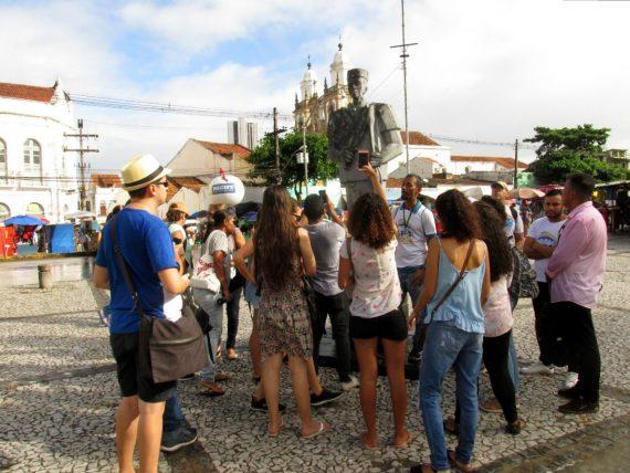 grupo do olha recife na estátua em homenagem a zumbi dos palmares. foto de Emanoel Correia