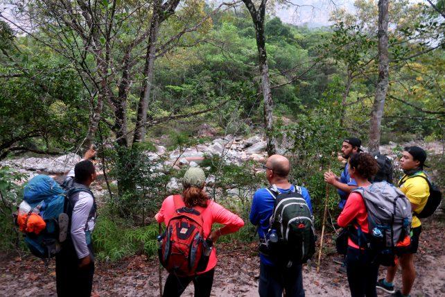 grupo e guia na travessia do vale do pati