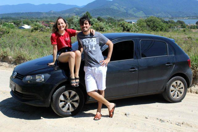 cecilia e o marido com o carro