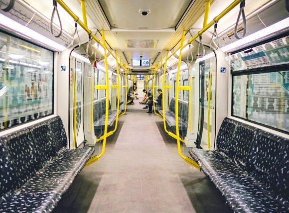 vagão de metrô vazio