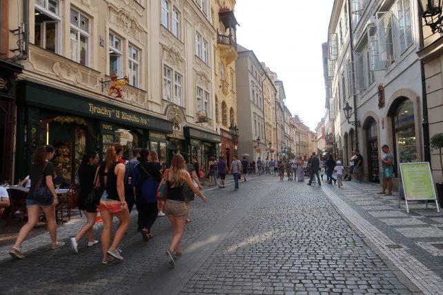 turistas caminhando por rua na cidade antiga de praga