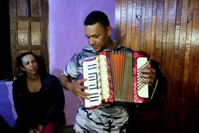 joão tocando sanfona
