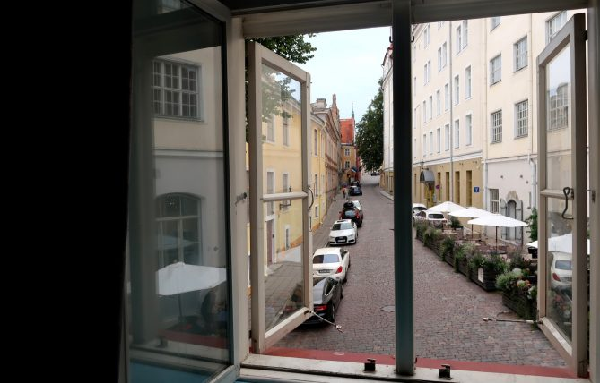vista da janela do hostel em tallinn