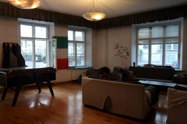 sala comum do albergue em tallinn