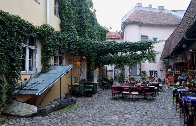 pátio com restaurantes e cafés