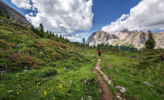 viajante numa trilha nos alpes