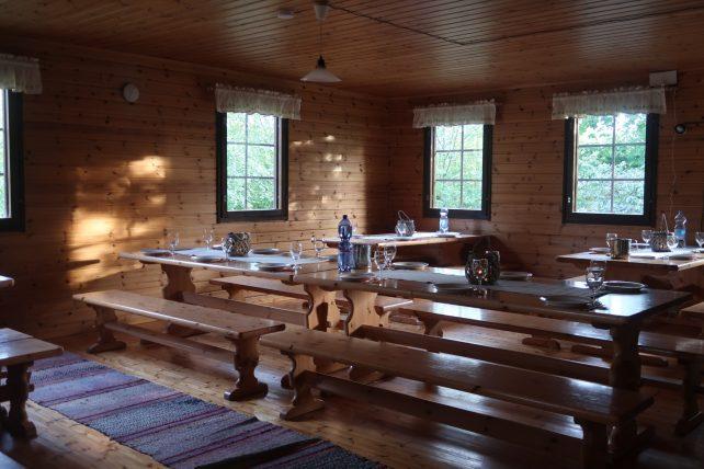 sala de jantar da cabana à beira do lago saimaa