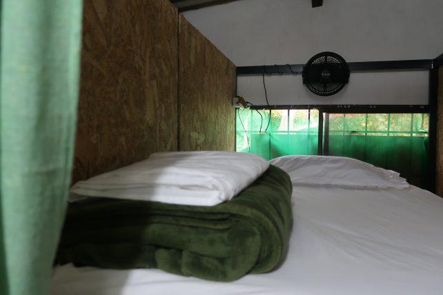 cama no quarto coletivo
