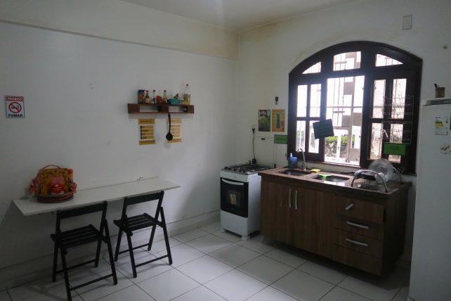 cozinha do local hostel em manaus