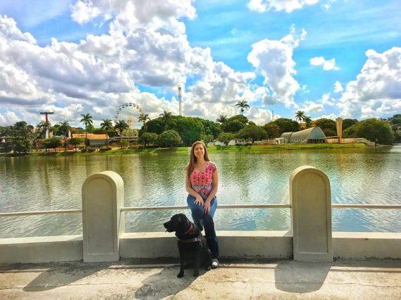 mellina reis do blog 4 patas pelo mundo posa para foto com sua cadela-guia hilary