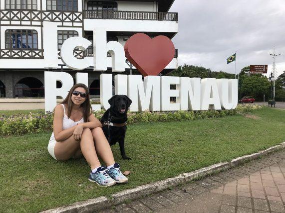 viajar sozinha com deficiência visual: mellina reis em blumenau